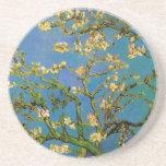 Árbol de almendra floreciente de Van Gogh, flores Posavasos Cerveza
