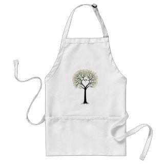 Árbol de amor con las ramas, los pájaros y los cor delantales