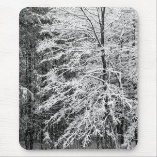 Árbol de arce resumido en nieve alfombrillas de ratones