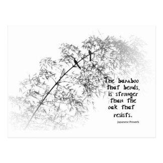 Árbol de bambú con dos curvas de los pájaros en el postales