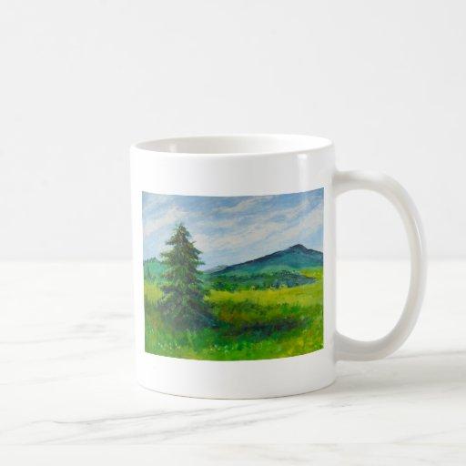 Árbol de hoja perenne del campo, pintura de taza clásica