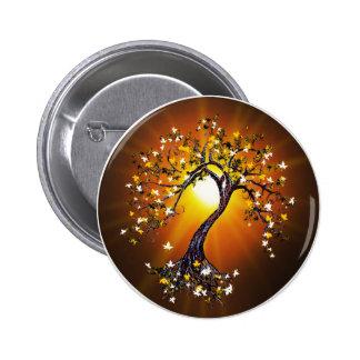 Árbol de la caída del otoño en el botón de la pues pin