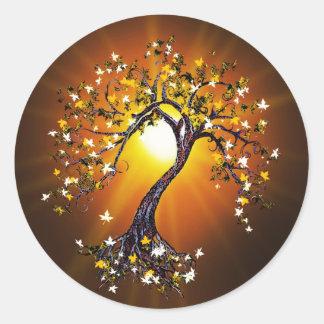 Árbol de la caída del otoño en los pegatinas de la pegatina redonda