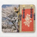 Árbol de la flor de cerezo y tapicería de la seda  alfombrilla de ratones