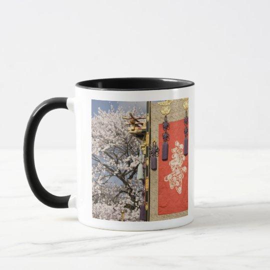 Árbol de la flor de cerezo y tapicería de la seda taza