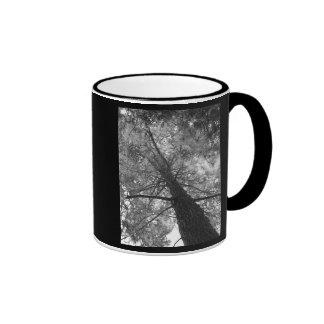 Árbol de la secoya blanco y negro taza de dos colores