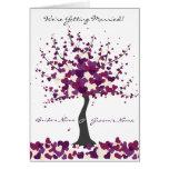 Árbol de la tarjeta púrpura de la invitación del b
