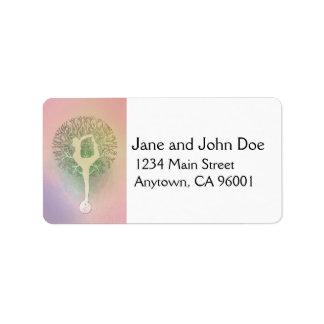 Árbol de la yoga del arco iris del rosa en colores etiqueta de dirección