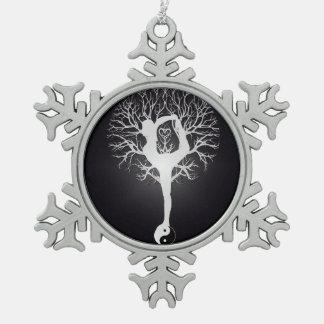 Árbol de la yoga en blanco y negro adorno de peltre en forma de copo de nieve