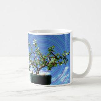 Árbol de los bonsais con la capa espiral del efect taza básica blanca