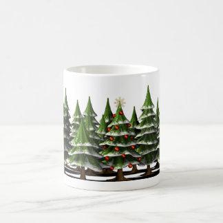 Árbol de navidad adornado en un bosque pacífico taza clásica