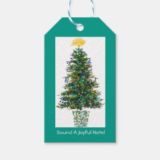 Árbol de navidad alegre de la nota adornado etiquetas para regalos