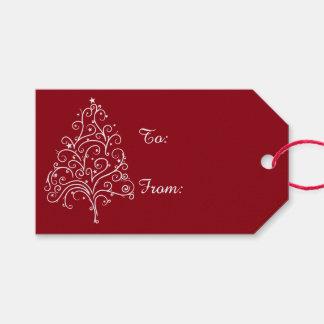 Árbol de navidad blanco en etiquetas rojas del etiquetas para regalos