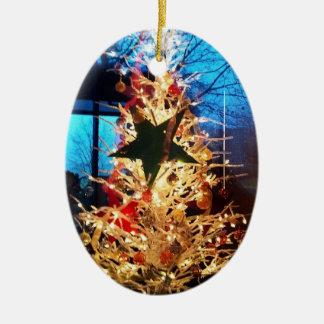 Árbol de navidad blanco que brilla intensamente y adorno ovalado de cerámica