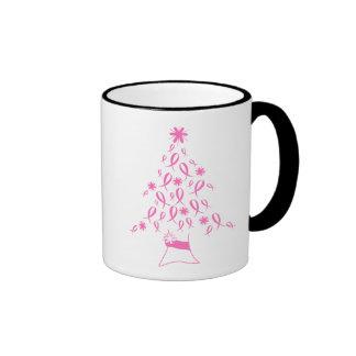 Árbol de navidad con el cáncer de pecho de las cin taza