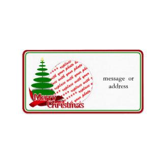 Árbol de navidad con el marco rojo de la foto de l etiqueta de dirección
