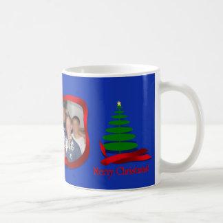 Árbol de navidad con el marco rojo de la foto de l taza