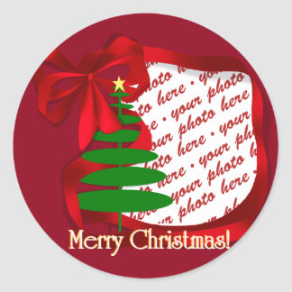 Árbol de navidad con el marco rojo de la foto de pegatina redonda