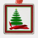 Árbol de navidad con la cinta roja ornamentos de reyes magos