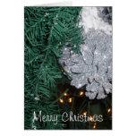 Árbol de navidad con la tarjeta de felicitación de