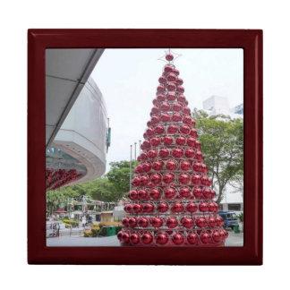 Árbol de navidad con las chucherías rojas cajas de regalo