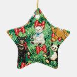 Árbol de navidad con los ornamentos del oso de adorno de reyes