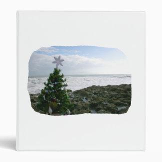 Árbol de navidad contra rocas de la playa