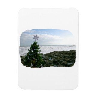Árbol de navidad contra rocas de la playa iman flexible