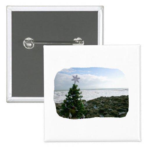 Árbol de navidad contra rocas de la playa pin