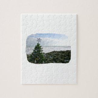 Árbol de navidad contra rocas de la playa puzzles