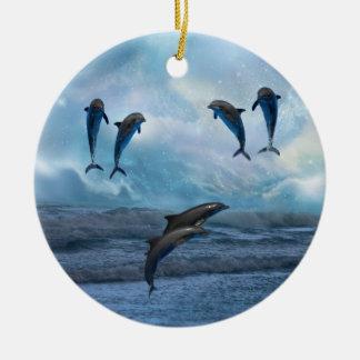 Árbol de navidad de la fantasía de los delfínes adorno redondo de cerámica