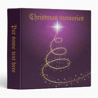 Árbol de navidad de oro en carpeta púrpura que bri