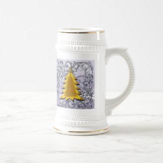Árbol de navidad del oro en el filligree de plata taza