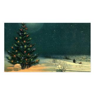 Árbol de navidad del vintage en la noche con las tarjetas de visita