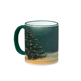 Árbol de navidad del vintage en la noche, taza de café