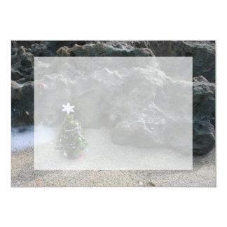 """Árbol de navidad delante de Rocks.jpg Invitación 5"""" X 7"""""""