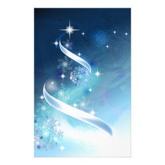 Árbol de navidad elegante con los petirrojos papeleria de diseño