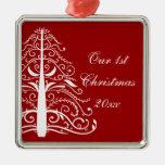 Árbol de navidad en el 1r navidad del rojo junto ornamentos de reyes