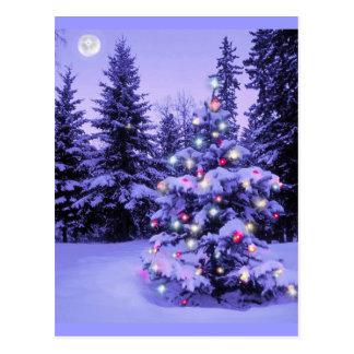 Árbol de navidad en el bosque tarjeta postal