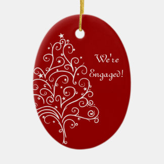 Árbol de navidad en el compromiso rojo del adorno navideño ovalado de cerámica