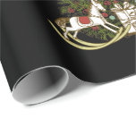 Árbol de navidad en el papel de embalaje negro papel de regalo