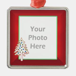 Árbol de navidad en el rojo marco de la foto ornatos