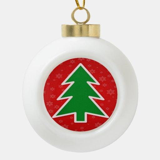 Árbol de navidad en fondo rojo con los copos de adorno de cerámica en forma de bola