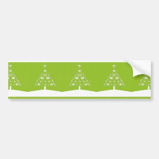 Árbol de navidad hecho de copos de nieve en la cal etiqueta de parachoque