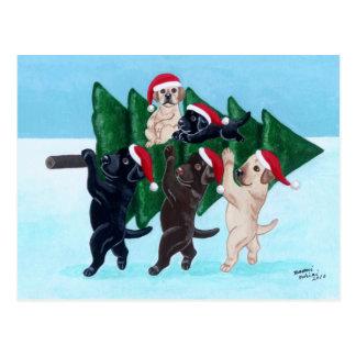 Árbol de navidad Labradors en el campo de nieve Tarjetas Postales