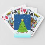 Árbol de navidad lindo en nieve baraja cartas de poker
