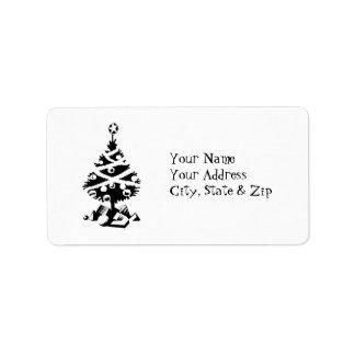 Árbol de navidad negro y blanco con los regalos etiquetas de dirección