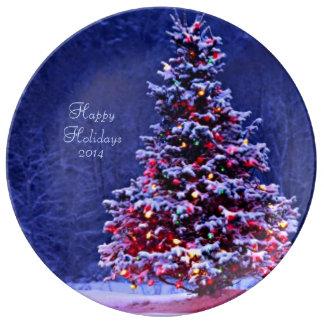 Árbol de navidad nevado en una noche serena platos de cerámica