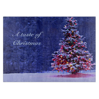 Árbol de navidad nevado en una noche serena tablas para cortar