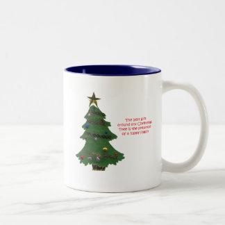 Árbol de navidad presente taza de dos tonos